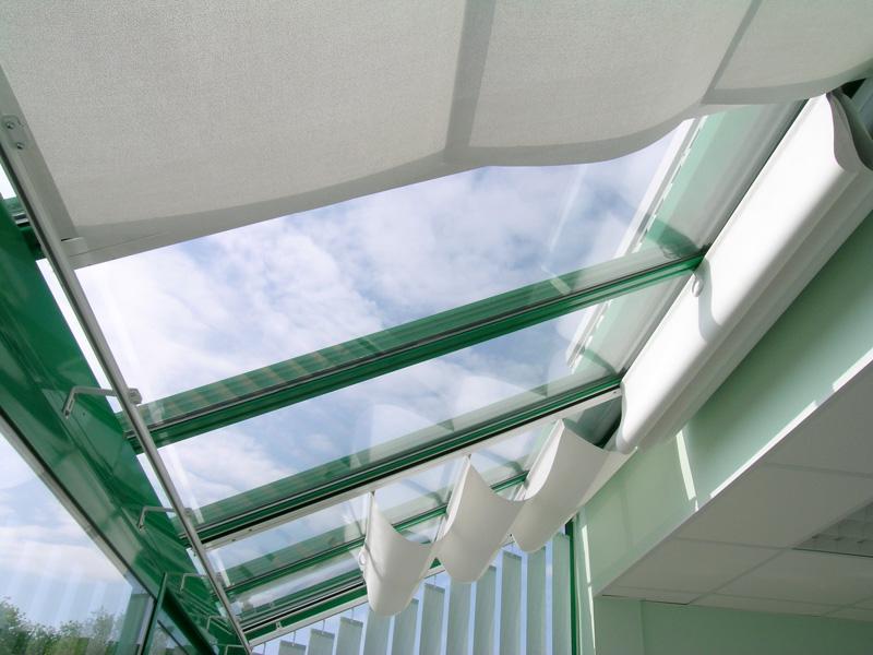 Comment choisir un store de véranda pour la toiture ou les façades
